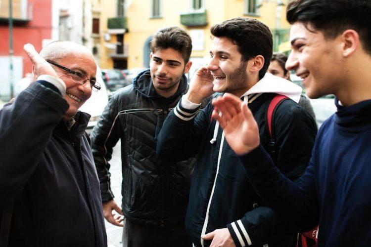 """Napoli, le """"armi"""" di don Antonio Loffredo per vincere la guerra contro la violenza"""