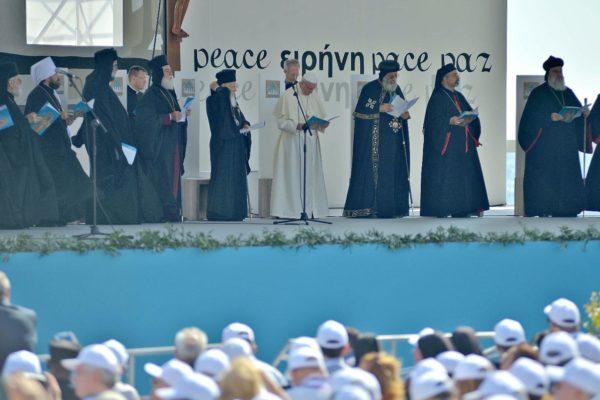 """Papa: violenza e migrazione forzata """"nel silenzio di tanti e con la complicità di molti"""""""